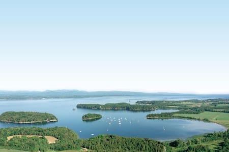"""Lake Champlain Summer Island Cabin """"Cedar"""" - Srub"""