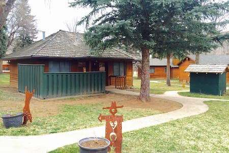 Dinty's Place #B - Cozy Ranch Cabin near the River - Loveland