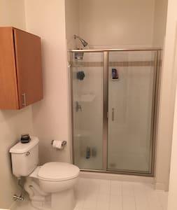 1 bedroom in 2 BR apt in Revere, MA - Appartamento