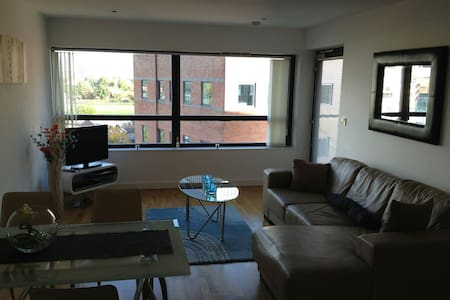 Cosy 1 BD Apartment with PARKING - Pis