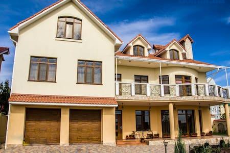 Шикарный дом с великолепным видом на море - Чорноморськ
