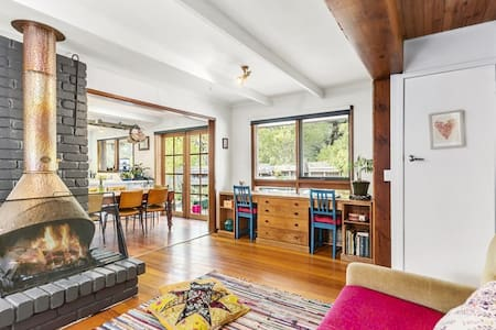 Warm, private, roomy family home - Ev