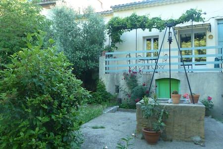 Ancienne maison vigneronne mignonne avec jardin - Brissac - Rumah