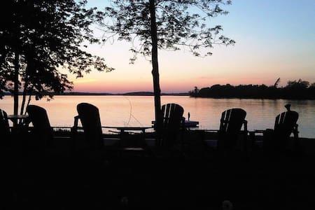 "Lakeshore Retreat on Buckhorn Lake/""Nautical Room"" - Penzion (B&B)"