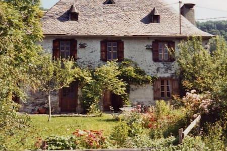 Gîte Poutore - charmante maison en montagne - Saint-Jean-du-Castillonnais - Doğa içinde pansiyon