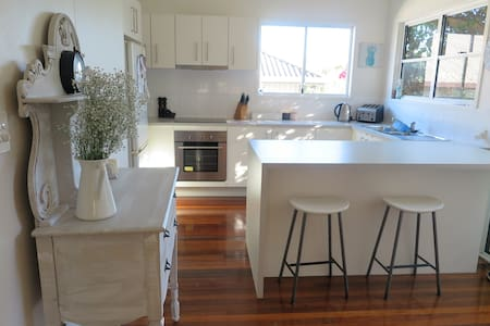 Beautifully renovated cottage Noosa Area - House