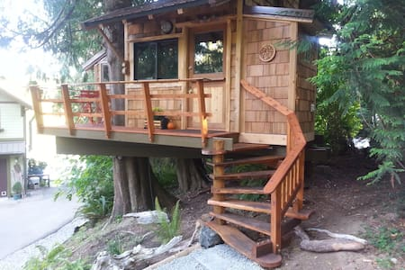 Waterfront Tree House with Kayaks and Hot Tub - Ağaç Ev