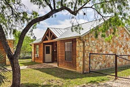 Fantastic 1BR Lakehills Cabin - Blockhütte