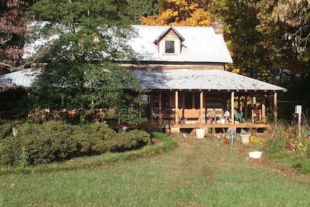 Old Log home on twenty acre farm - Casa