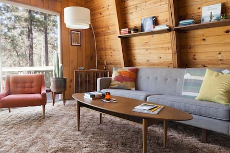 Treehouse Vibes–Forest Backyard Mid-Century Modern - Blockhütte