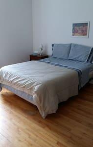 chambre bien éclairée meuble - Bungalow