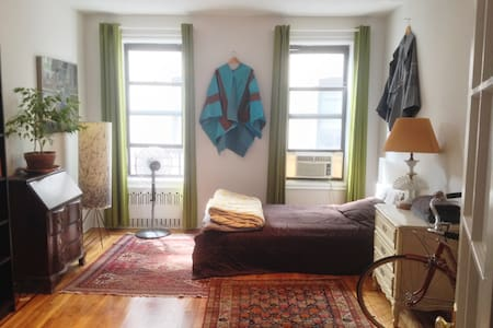 LARGE bedroom in sun-lit Pre-War in Crown Heights - Brooklyn - Wohnung