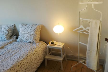 Central, comfortable room in spacious apartment - Aalborg - Apartment