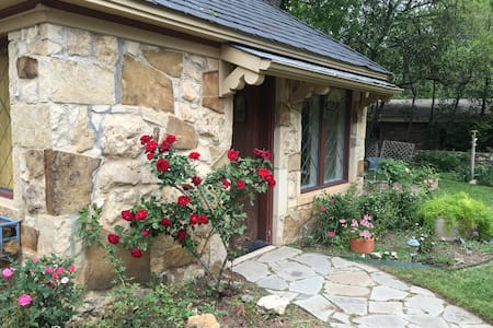 Private Stone Cottage Guest House - Fort Worth - House