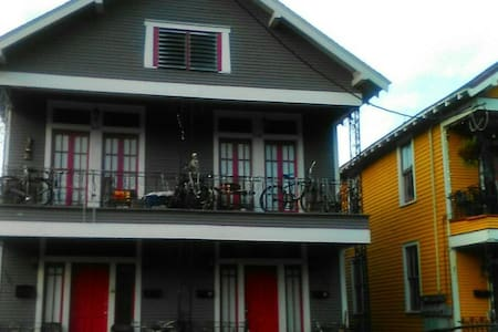 Cool little spot w/ a balcony in Iaid-back local Mid City. - New Orleans - Lägenhet