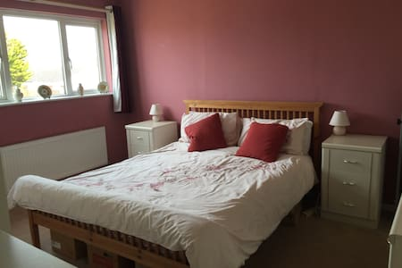 Large airy double room in family hm - Rumah