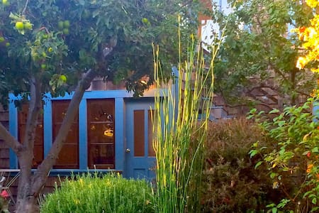Two-Story Garden Cottage: North Oakland/Emeryville - Emeryville - House