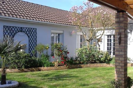 Maison moderne avec jardin - Casa