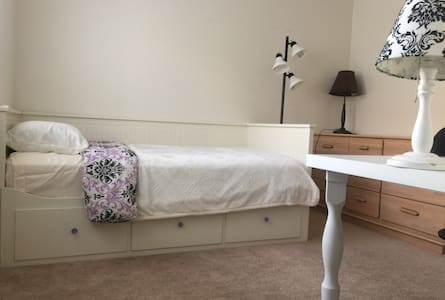 Private room/bath, near LLUMC/Downtown Redlands - Redlands - Kondominium