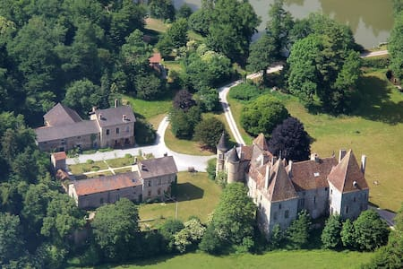 13ha estate with Midieval castle, near Beaune, F - Bed & Breakfast