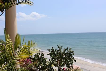 Beachfront - The Golden Cowry Suite - Kondominium