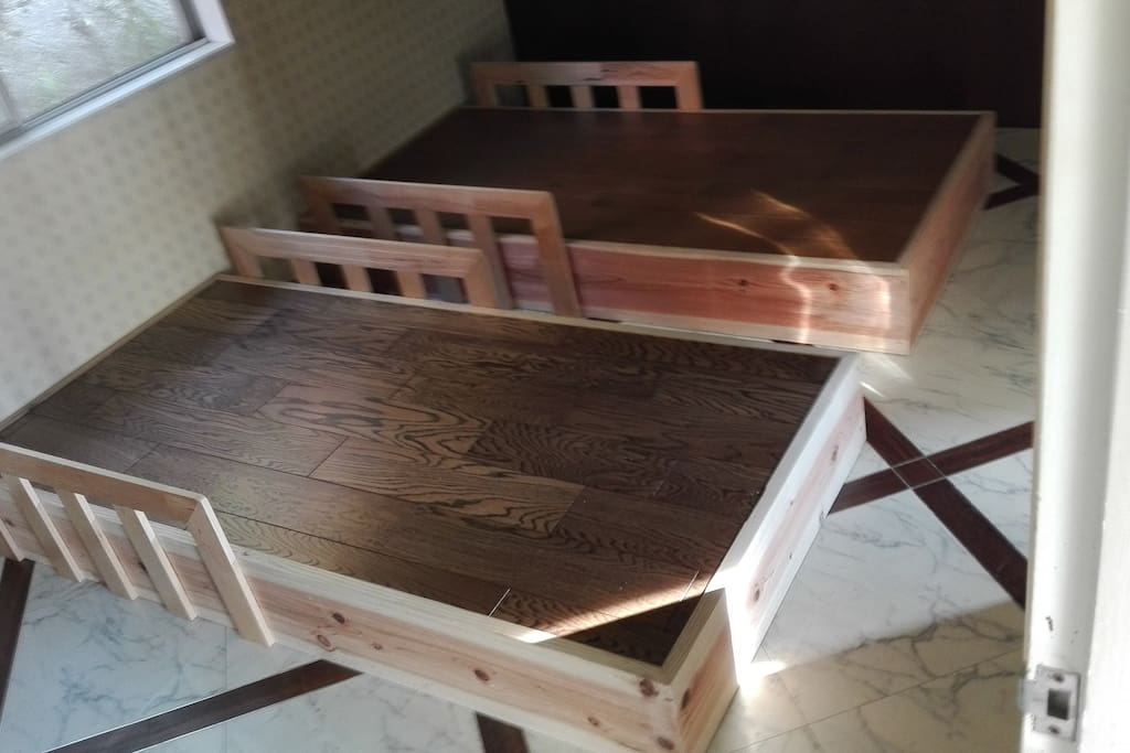 2 single beds.  職人が作った頑丈なシングルベッドです。窓の位置なども考え、低く作られています。