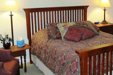 Woodsong Inn & Retreat Plover Room - Bed & Breakfast