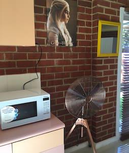 Cozy  sunshine room close to train &bus station - Reservoir - House