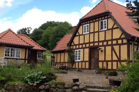 Idyllisk hus tæt på skov og vand - Bed & Breakfast