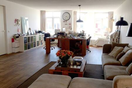 Arty loft on quiet square in city center - Den Haag - Apartemen