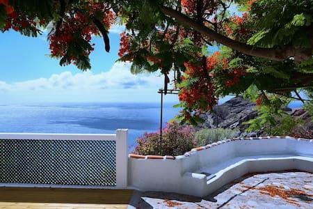 Casa Canaria al borde del Atlántico -Alojera - Alojera
