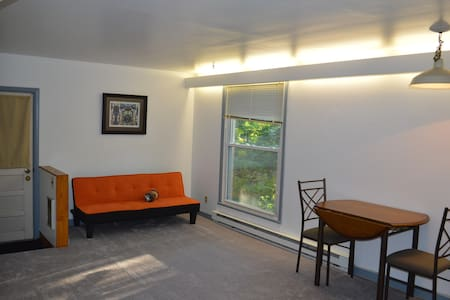 Private Apartment with Wooded Backyard - Διαμέρισμα