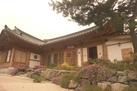 매죽헌 한옥 민박 (동백방) - House