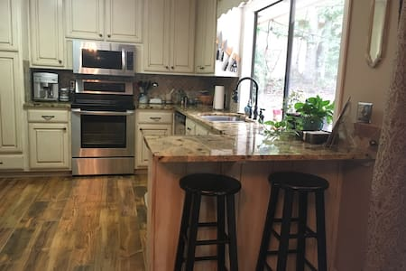 Serene home one mile from Lake Lanier - Haus