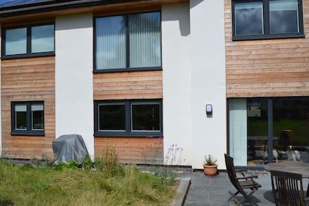 Sunny eco friendly modern en-suite. - Boughrood