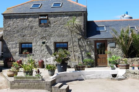 Farm getaway close to beaches and Minack Theatre - House