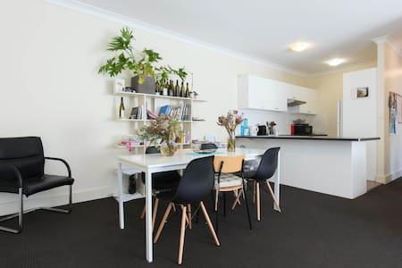 Airy Bondi room with balconies - Bondi Junction - Apartment