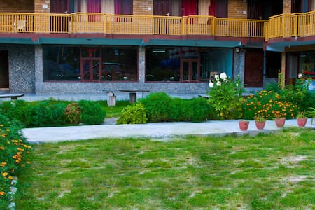 Cosy rooms next to river..... - Manali - Bed & Breakfast