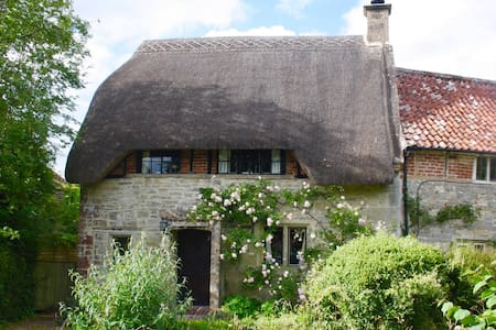 3-bed Thatched Cottage nr Salisbury & Stonehenge - Rumah