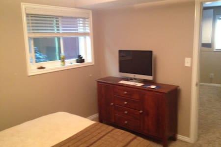 Beautiful room in quiet neighborhood. - Sandy - Apartment