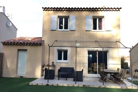 Villa dans charmant village provencal - Peypin
