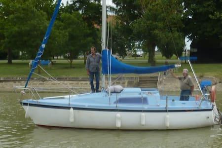 Voilier au port de Mortagne sur Gironde - Bateau