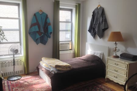 LARGE bedroom in sun-lit Pre-War in Crown Heights - Brooklyn - Appartamento