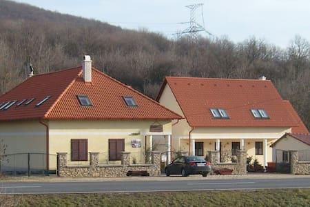 Kökényes Vendégház - Haus
