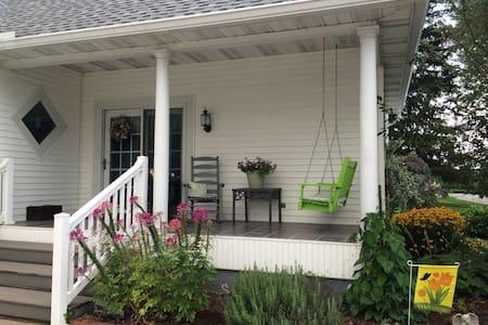 Turn of the Century Farmhouse - Bedroom #1 - Rockville - Hus