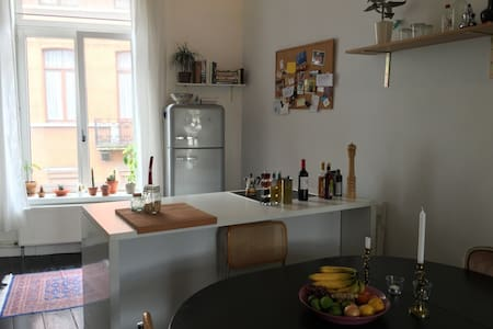 Room with private bathroom in city centre - Lakás