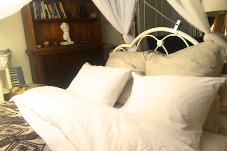 Awesome en suit bedroom with piano! - London - House