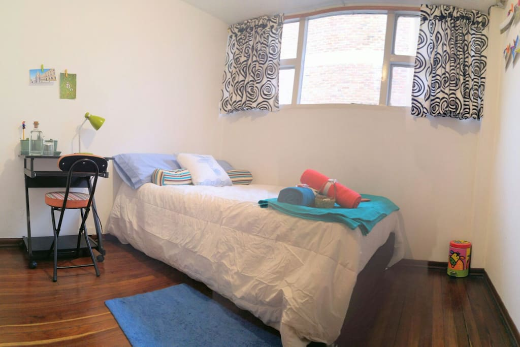 Medium, comfortable and bright room. Médio, confortável e luminoso quarto. Habitación mediana, confortable e iluminada.