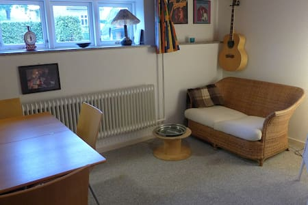 Cosy room, free parking, quiet street, central - Aalborg