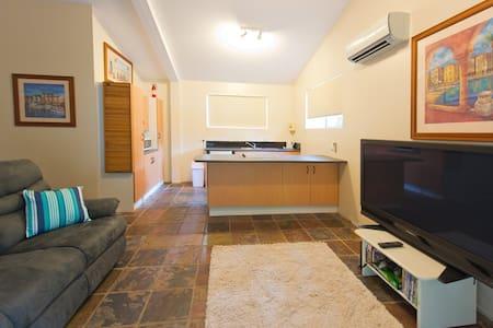 Central Gold Coast Cottage - Pet Friendly - Casa